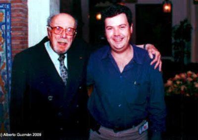 En Septiembre de 2000 la Asociación EDENEX, organizó el que fue el último homenaje en vida al padre de al ufología española. En la foto junto a Alberto Guzmán (presidente de EDENEX). Foto: J.L. Peláez.