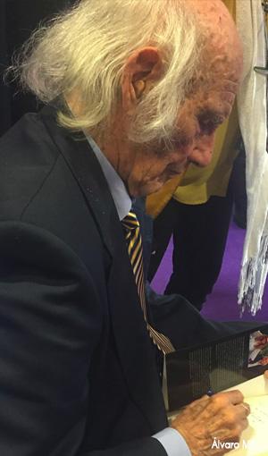 Salvador Freixedo firmando autógrafos.