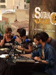 Daniel Valverde dirige la mesa de sonido mientras los tertulianos cuentan apasionantes historias relacionadas con el más allá. (Foto El Sótano Sellado)
