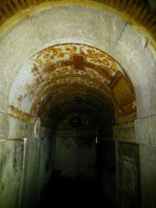 La policromía con simbología Cristiana luce sobre la húmeda cúpula.