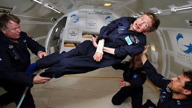 Stephen Hawkings viaja hacia los agujeros negros