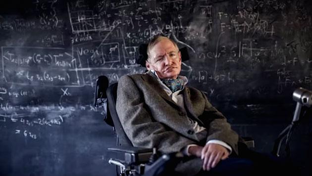 Ya en 2010, el científico aseguró en su libro El gran diseño, que la física moderna descarta a Dios como creador del universo, tal como en el pasado lo hizo el darwinismo, que echó por tierra las ideas de Dios como creador de los seres vivos. Según extractos de su libro The Grand Design, Hawking dice que una nueva serie de teorías torna superfluo pensar en la existencia de un creador del Universo, que Dios no creó el Universo y que el big bang fue la consecuencia inevitable de las leyes de la física. Dado que existe una ley como la de la gravedad, el Universo pudo y se creó de la nada. La creación espontánea es la razón de que haya algo en lugar de nada, es la razón por la que existe el Universo, de que existamos. No es necesario invocar a Dios como el que encendió la mecha y creó el Universo. Stephen Hawking37 La publicación de los extractos del libro escrito junto a Leonard Mlodinow The Grand Design (El gran diseño),3839 en los que manifiesta básicamente que Dios no creó el Universo, causó una fuerte polémica y críticas por parte de los representantes de numerosas religiones.404142 Fue en este contexto que, durante el año 2014, en una entrevista realizada por el diario El Mundo, aclaró su postura con respecto a la religión y despejó cualquier duda sobre su ateísmo. Fue claro en señalar que es ateo y que entre religión y ciencia no hay ninguna compatibilidad: En el pasado, antes de que entendiéramos la ciencia, era lógico creer que Dios creó el Universo. Pero ahora la ciencia ofrece una explicación más convincente. Lo que quise decir cuando dije que conoceríamos 'la mente de Dios' era que comprenderíamos todo lo que Dios sería capaz de comprender si acaso existiera. Pero no hay ningún Dios. Soy ateo. La religión cree en los milagros, pero estos no son compatibles con la ciencia.