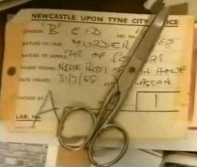 """Mary Bell usó una navaja de afeitar para dejar su inicial """"M"""" rajada en el joven estómago de Brian y unas tijeras para cortar parte del cabello de Howe, rajarle las piernas y mutilar su pene."""