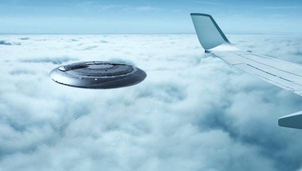 """""""Sí, algo acaba de pasar sobre nosotros"""", informó el piloto de Airbus. """"No pude entenderlo, si era un globo o qué... pero tenía un gran reflejo en él y estaba a varios miles de metros sobre nosotros, yendo en la dirección opuesta""""."""