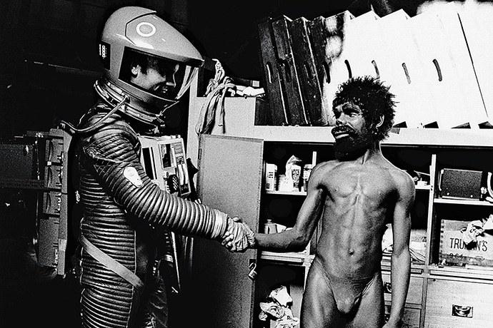 """Las primeras secuencias de '2001: Una odisea del espacio' de Stanley Kubrick se ubican en un tiempo prehistórico, mucho antes del desarrollo de la humanidad. Esta primera etapa denominada """"El Amanecer del Hombre"""" se inicia con un grupo de primates, suerte de protohumanos, que se encuentran en la lucha por la supervivencia, enfrentándose entre clanes por los recursos naturales del planeta. De pronto, como surgido de la nada, aparece un monolito."""