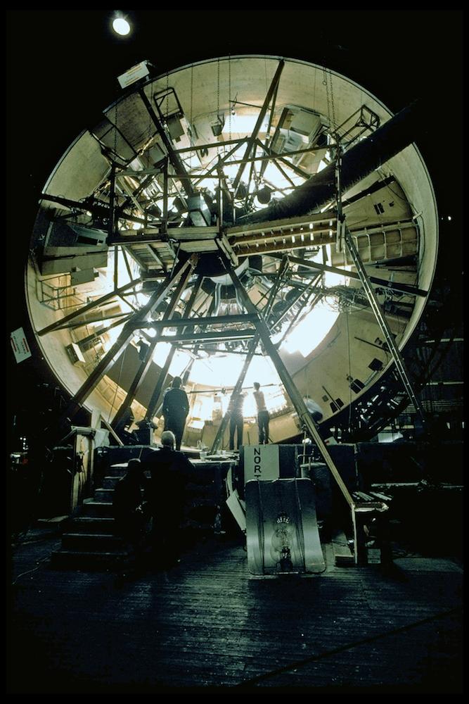 """lo más recordado de """"2001""""puede que sean los planos en el interior de la nave Discovery, para los que se construyó una centrifugadora a tamaño real que simulaba los efectos de la gravedad (obligando a que los actores tuvieran que ser sujetados con arneses en algunas tomas de gran complejidad)."""