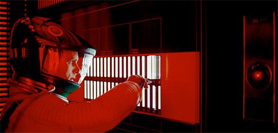 """HAL 9000, cuyo nombre es un acrónimo en inglés de Heuristically Programmed Algorithmic Computer (Computador algorítmico programado heurísticamente), es una supercomputadora o superordenador ficticio de tipo mainframe que aparece en las series de Odisea del espacio, iniciada con la novela 2001 A Space Odyssey escrita por Arthur C. Clarke en 1968. HAL es la computadora u ordenador de a bordo, encargada de controlar las funciones vitales de la nave espacial Discovery, cuya inteligencia artificial cambia drásticamente su comportamiento a lo largo del film ya que está programada para no recibir respuestas que tengan dudas ya que pese a ser una computadora heurística (lo cual le hace muy semejante al pensar humano) está programada """"fundamentalmente"""" para cumplir sin objeciones la programación y por esto eliminar a los que dudan o son escépticos considerándolos """"mecanismos fallidos""""."""