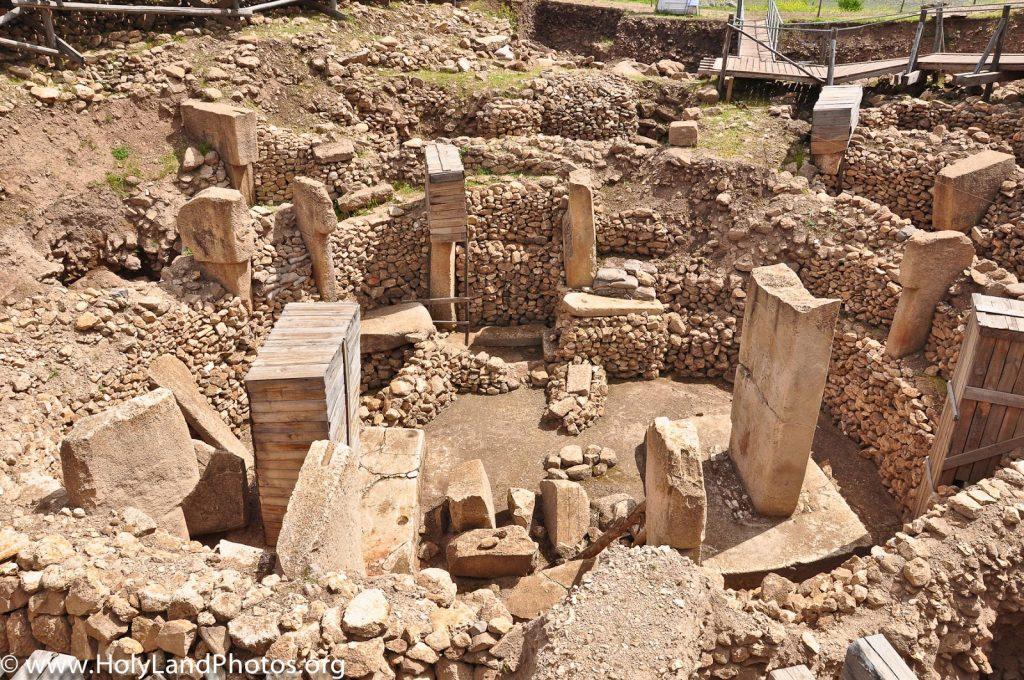 fue un centro religioso en el Neolítico, lo que lo convertiría en el templo más antiguo de la historia; al menos seis milenios anterior al complejo megalítico de Stonehenge, en Gran Bretaña.