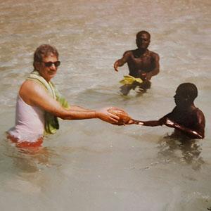 Triloknath Pandit es un antropólogo indio. [1] Fue el primer antropólogo profesional en aterrizar en la Isla Sentinel del Norte. [2] Dirigió el equipo que estableció el primer contacto amistoso con personas sentinelesas el 4 de enero de 1991. [3] [4] Fue director del Centro Regional de Andamios de la India de Andaman y Nicobar.