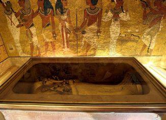 Tutankamón ha sido siempre una figura fascinante. Quizás su historia, quizás el misterio que siempre ha rodeado al mundo egipcio, o quizás las muchas leyendas que siempre se han contado a raíz de las misteriosas muertes de algunos de los integrantes de aquella expedición que en el año 1922 descubrieron los restos de la tumba de este mítico faraón.