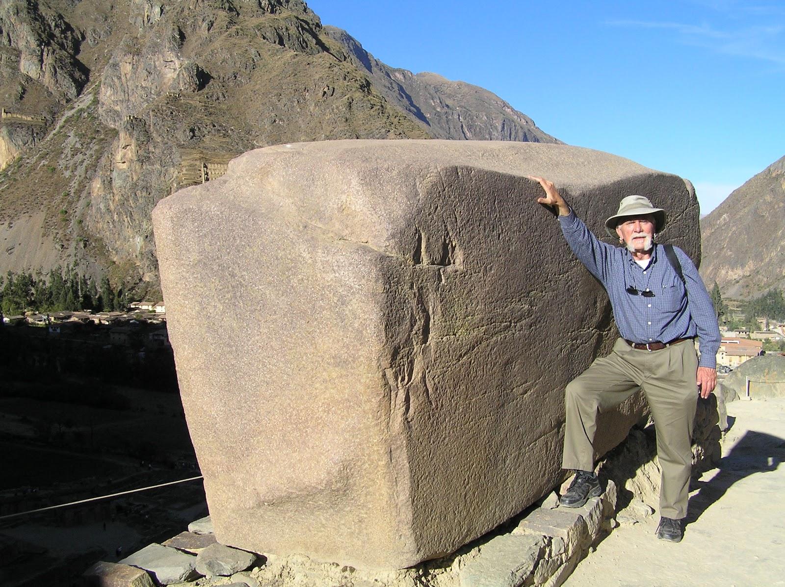 Impresionantes bloques de piedra. Un investigador posa junto a ella.