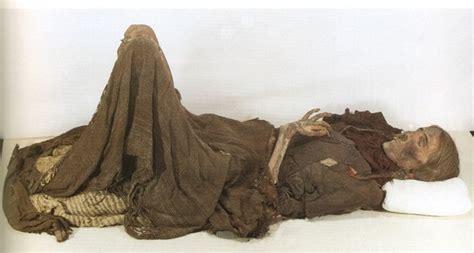 oulan fue descubierto en 1980, pero fue hace 3800 años que murió en la ruta comercial conocida como la Ruta de la Seda. La sequedad natural y suelos salinos su conservados y más de doscientos otras momias, los individuos que habían vivido en varios asentamientos estrechamente ubicados a lo largo de la ruta comercial. La momia ha sido llamado el Loulan belleza debido a sus rasgos faciales majestuosos increíblemente conservados que se han mantenido muy hermosa, incluso en la muerte.