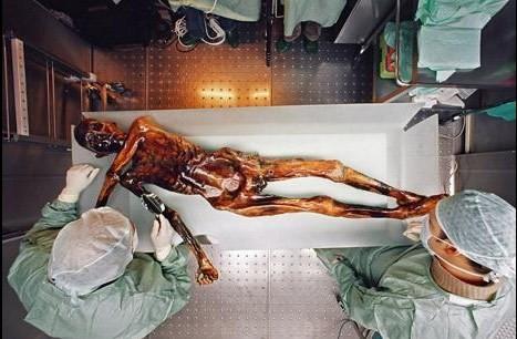 La prueba del carbono-14 realizada al cuerpo y a su vestimenta otorgó una cronología de ¡5300 años! Es decir, que se trataba de una persona del Neolítico. Este cálculo apresuró una excavación en el lugar donde fue encontrado para conseguir más información y se consiguió recuperar más útiles y ropa del difunto.