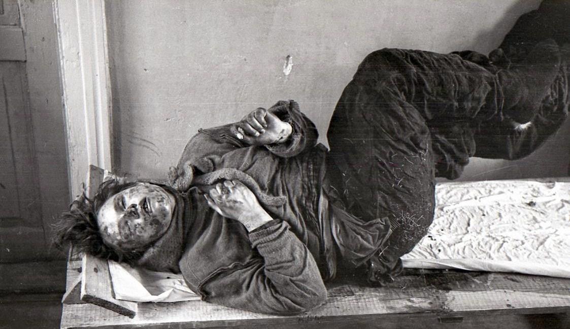 El cuerpo de Dubinina apareció arrodillado, con la cara y el pecho pegados a la roca.