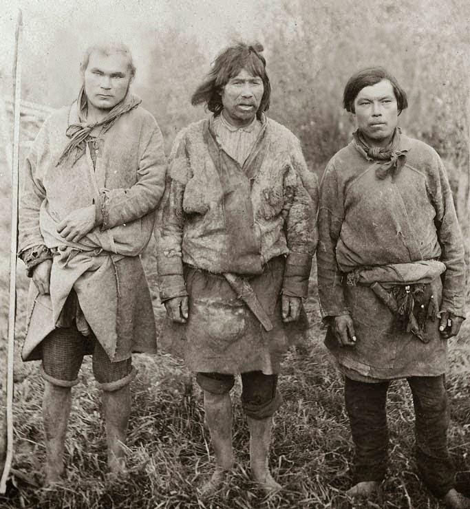 """Los mansí que significa """"ser humano"""" , antes llamados vogulos por los rusos son un pueblo indígena en peligro que vive en el ókrug autónomo de Jantý-Mansí, perteneciente al óblast de Tiumén, en Rusia. En jantý-mansí, tanto el jantý como el mansí -maan's latyng tienen estatus cooficial con el ruso. Antropológicamente los mansí pertenecen a la raza urálica. Son bajos, con pómulos altos y ojos rasgados, y pelo y ojos negros. En comparación con otro pueblos fino-ugrios, los mansí exhiben más características mongoloides. Estas características se hacen más evidentes con los mansí meridonales."""