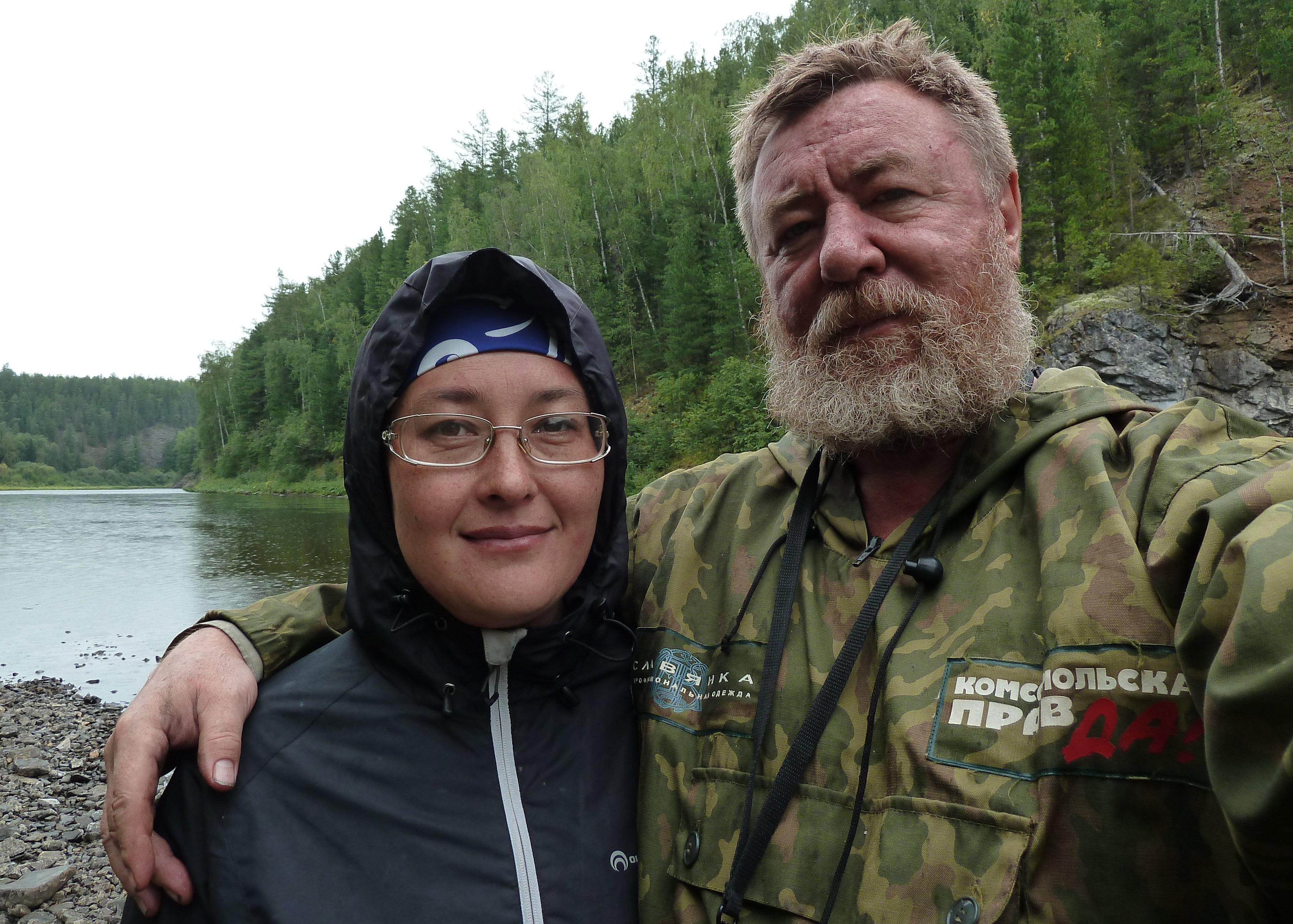 los periodistas Nikolái Varségov y su esposa Natalia, que compartió los detalles de la investigación del caso, su experiencia personal y también sus impresiones sobre la misteriosa y fría taiga rusa