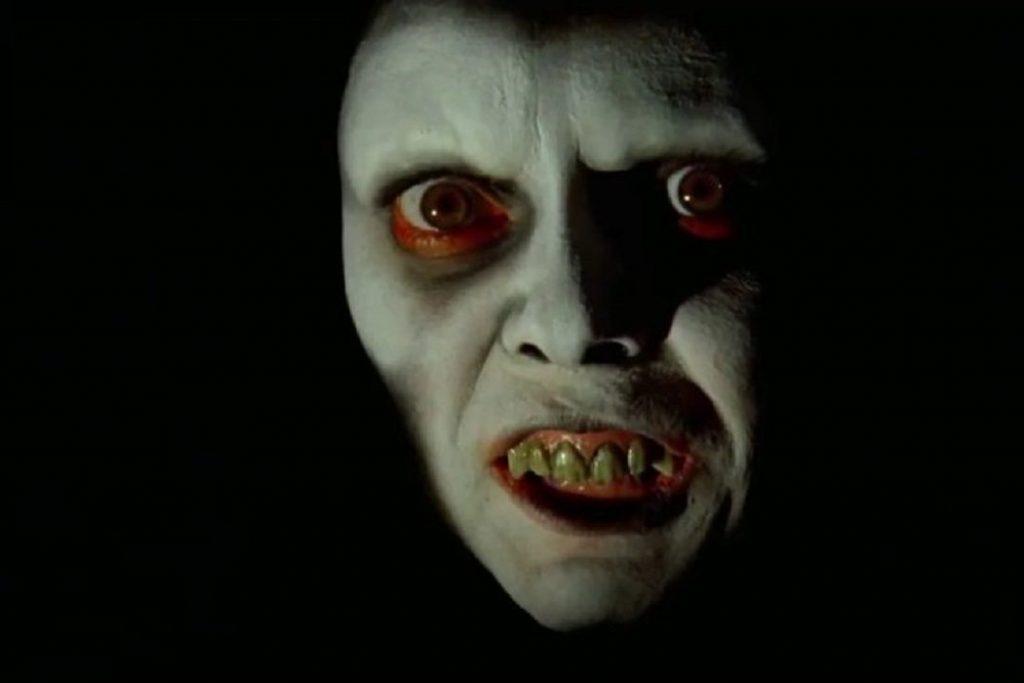 """·En algunas escenas se puede ver a una cara demoniaca en blanco y negro, que aparece y desaparece en muy poco tiempo; pues dicho rostro pertenece a la actriz Eileen Dietz. Para dicha cara William Friedkin se inspiró en la máscara de demonio que se utilizó en el filme """"Onibaba"""" de Kaneto Shindô."""