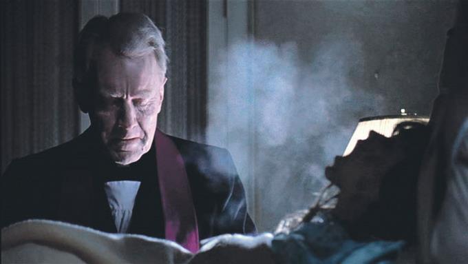 ·Para conseguir el nerviosismo y la veracidad de los actores a la hora del exorcismo, además del frío y del cansancio, a Friedkin se le ocurrió ir tirando petardos detrás de los actores para crisparlos aún más.