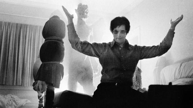 William Friedkin rueda en una sola toma, porque en la vida no hay segundas oportunidades y hace las películas para su tío, un charcutero de Chicago, la única forma de tomarle «el pulso a América». En su despacho hay libros de exorcismos y fotografías con Jeanne Moreau, la actriz francesa que Truffaut dirigió en «Jules et Jim», y con la que estuvo casado. También el certificado del único Oscar de su carrera, el que obtuvo por «The French Connection: Contra el imperio de la droga» y esa persecución real, sin efectos especiales, digna de una película de Buster Keaton. «No nos matamos rodando esa escena gracias a Dios. No contábamos con ningún permiso de la ciudad para grabar todo aquello y ni siquiera teníamos extras. Fue algo estúpido, pero, por suerte, no ocurrió nada», llegó a decir el director.