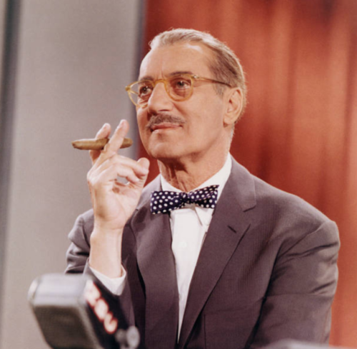 You Bet Your Life es una serie de preguntas de comedia estadounidense que se emitió tanto en la radio como en la televisión. La versión original y más conocida fue presentada por Groucho Marx de los Hermanos Marx, con el presentador y asistente George Fenneman.