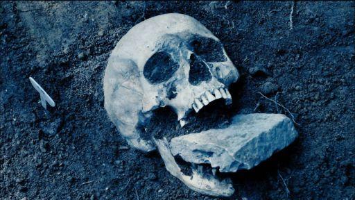 La Necropoli dei Bambini di Lugnano (Italia), un cementerio infantil de época romana tardía, es un compendio de lo sobrenatural: vampirismo, brujería, magia... Los hallazgos incluyen una muñeca de hueso desmembrada y un esqueleto con una piedra en la boca para contener la malaria
