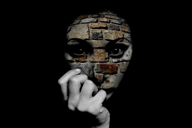 La distorsión de la realidad es uno de los mecanismos de defensa en el que la persona presenta una visión desajustada de si misma y/o los acontecimientos.