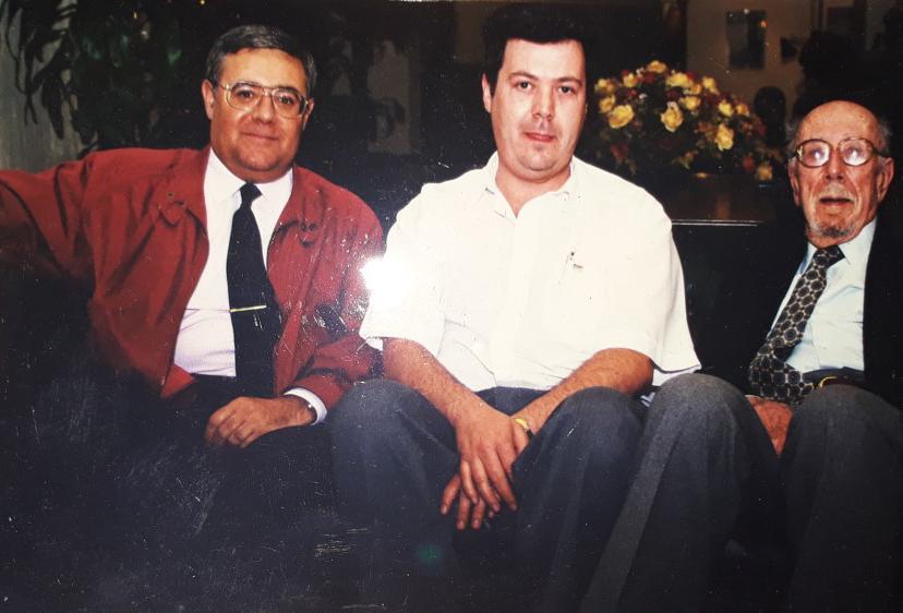 Viciente Juan Ballester-Olmos, Alberto Guzmán y Antoni Ribera minutos antes del comienzo del homenaje en 2001 en el marco de la IV Conferencia Nacional de Enigmas Extraterrestres.