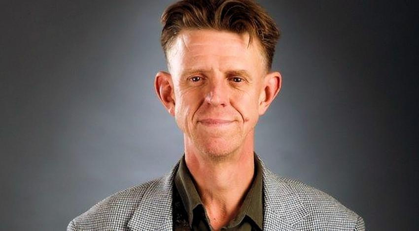 Alexander B. H. Cox, más conocido como Alex Cox (Bebington, 15 de diciembre de 1954), es un director, guionista, y actor británico. Es considerado un director de culto,12 y conocido principalmente por sus films Repo Man y Sid & Nancy.3 Su nombre está muy relacionado con el cine independiente, y la música y la estética punk de grupos como The Clash, Sex Pistols y The Pogues.4 A partir del 2012, Cox ha enseñado escritura de guiones y producción cinematográfica en la Universidad de Colorado, Boulder.