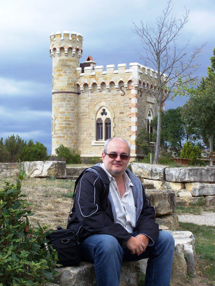 Carlos Gabriel Fernández Cortiñas trabajó durante 16 años en el Diario de Pontevedra de Galicia y colaboró semanalmente durante nueve años en el programa Milenio de Radio Galega. Actualmente participa en el programa A Tarde, desde la misma emisora, con un espacio sobre lugares mágicos de Galicia. Es autor de cientos de artículos e informes sobre temas relacionados con mitos y creencias, así como sobre fenómenos insólitos. Fue guionista del programa de TVG Mundo Misterioso (1993) y realizador de documentales de Misterios sin Resolver (Tele 5, 1994). Más recientemente fue director de contenido del programa Milenio de TVG. También colabora en numerosos programas de radio, televisión y revistas como Año / Cero, Más allá de la ciencia e Historia de España y el mundo. Es autor de más de media docena de libros. carlosgfernandez@yahoo.es