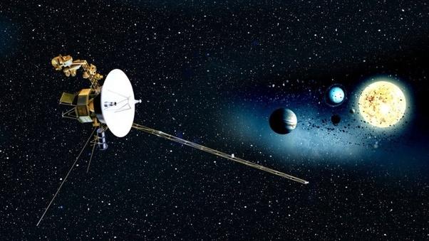 Las naves espaciales Voyager 1 y Voyager 2 fueron lanzadas desde la Tierra en 1977. Su misión fue explorar Júpiter y Saturno--y planetas que se encuentran más allá de nuestro sistema solar.