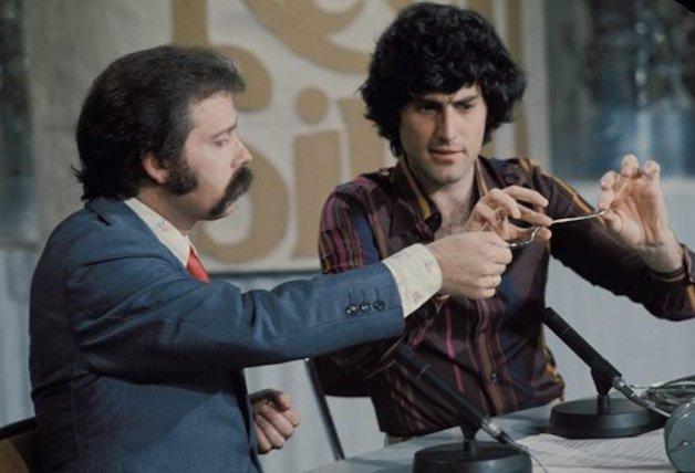 ¿Recuerdas a Uri Geller en el programa de José María Íñigo? ¿Sabes qué ha sido de este misterioso ilusionista? ¡Te lo contamos todo!